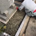 福山市駅家町にて、墓地の中を草が生えにくく処理をしました!!