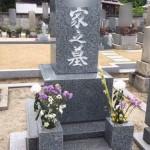 府中市の共同墓地にて、お墓の文字色入れ替えです。