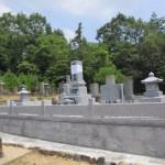 三次市三和町の共同の墓地にて、玉垣を据え付け、仕上げ作業をしました!!